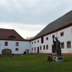 Pomnik Jana Pawła II w klasztorze St. Marienthal w Ostritz – najstarszym działającym w Niemczech żeńskim zakonie cysterskim, położonym na granicy z Polską (fot. A. Lipin)