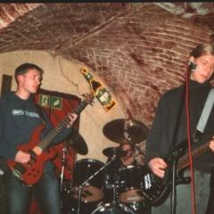 Od lewej: André Kober-Kukowski (bas), za bębnami Ronald Reisener, Syman Petr Cyz (gitara, skrzypce)