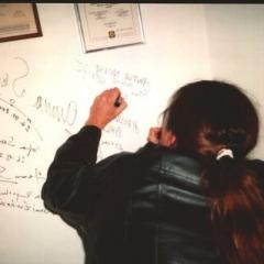 Ronald Reisener składa swój autograf na ścianie opolskiej restauracji